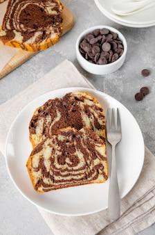 Laib marmor-pfund-kuchen auf einem brett