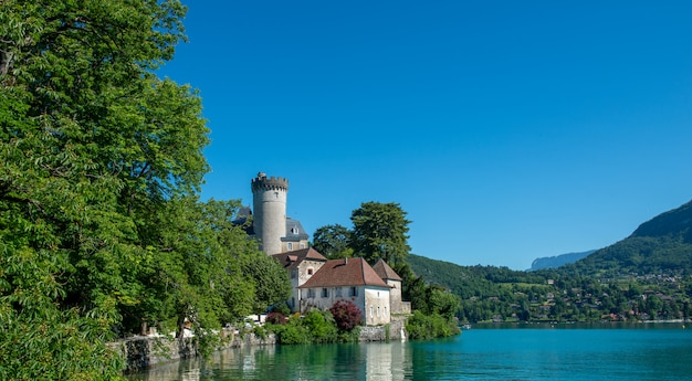 Lake annecy und chateau de duingt (schloss duingt), haute-savoie, frankreich