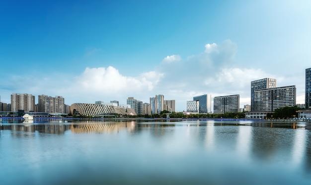 Lake park und urbane moderne architekturlandschaft