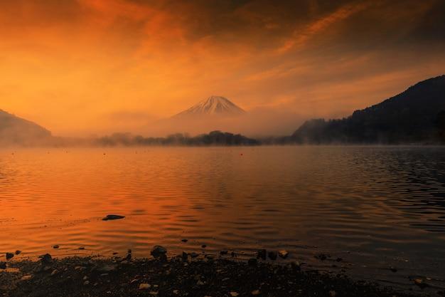 Lake shoji und mount fujisan bei sonnenaufgang
