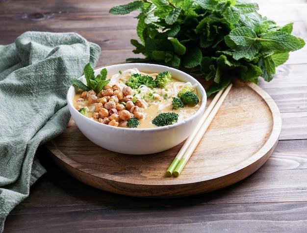 Laksa nudelsuppe mit kürbis und brokkoli, thailändische würzige suppe