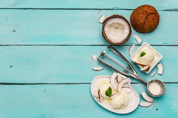 Laktosefreies kokoseis. speziallöffel, obsthälften und flocken