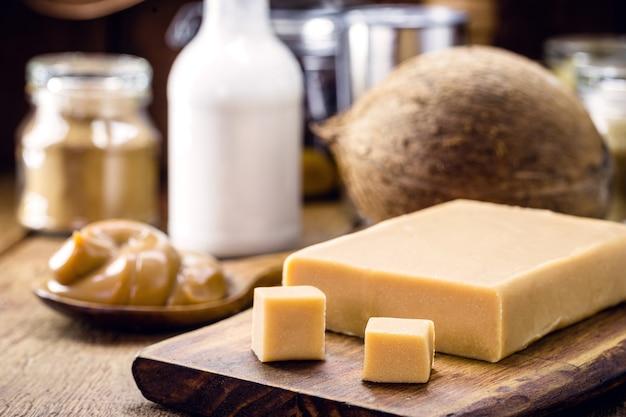 Laktosefreies veganes bonbon aus kokosmilch, hausgemachte dulce de lethe