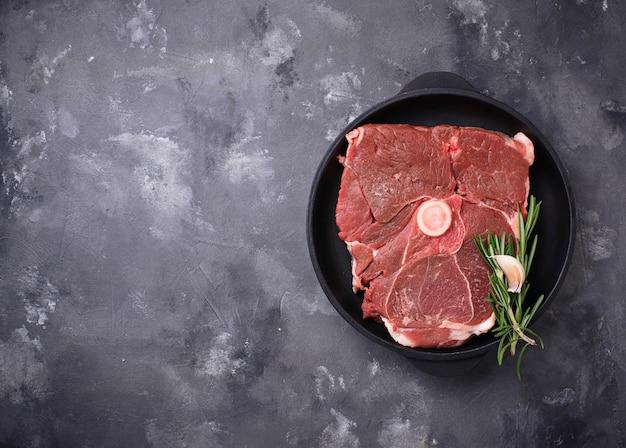 Lammfleisch mit rosmarin und gewürzen