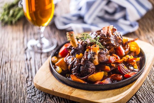 Lammkeule.confit lammkeule mit kartoffelgemüse und fassbier im pub-hotel oder restaurant.