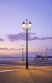 Lampe am ufer des ozeans in lissabon portugal