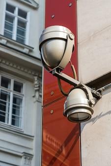 Lampe an einem gebäude im stadtzentrum