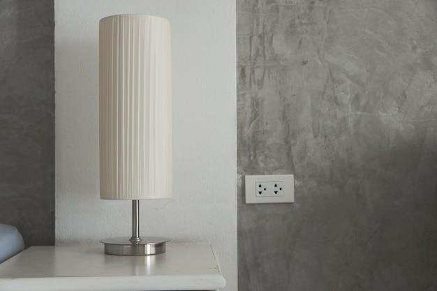Lampe auf einem tisch nachttisch.