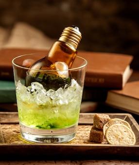 Lampe im glas mit cocktail