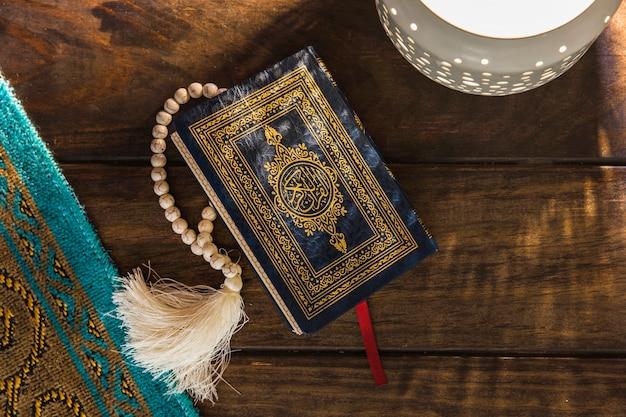 Lampe und matte in der nähe von koran