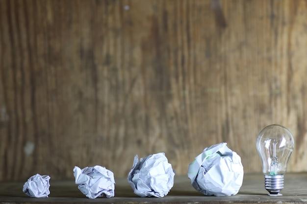 Lampe und zerknittertes papier