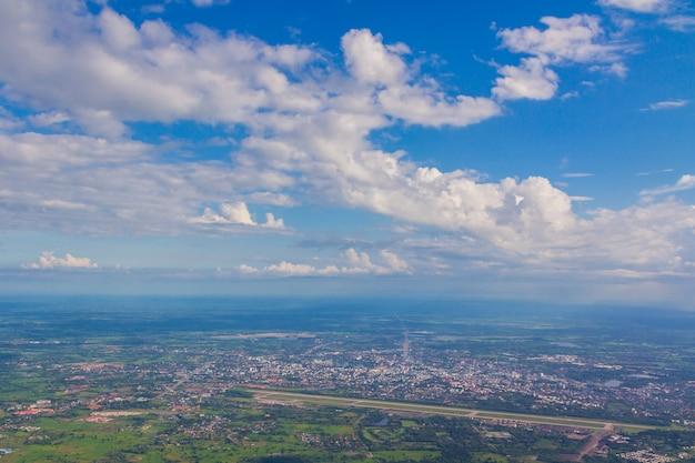 Land und weißer wolkenhintergrund des blauen himmels
