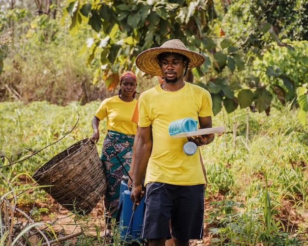 Landarbeiter desinfizieren das feld