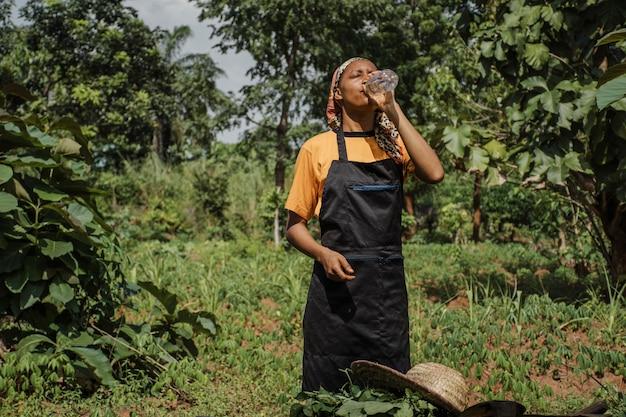 Landarbeiter mit etwas wasser