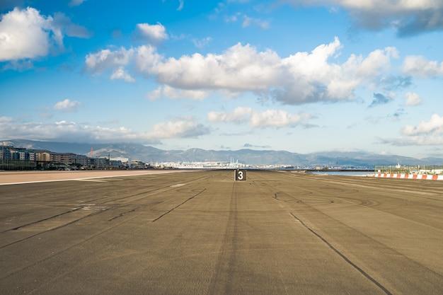 Landebahn des flughafens, bereit, flugzeuge bei sonnigem wetter zu landen