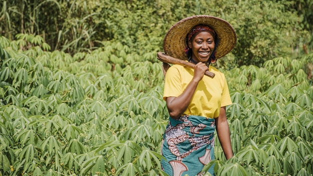 Landfrau, die im feld lächelt