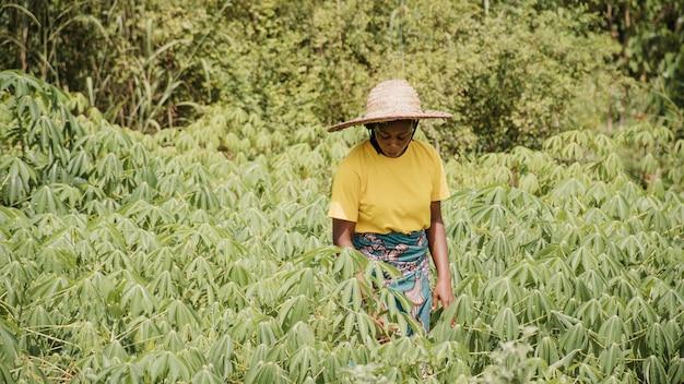 Landfrau draußen auf dem feld
