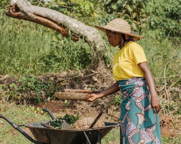Landfrau neben einer schubkarre