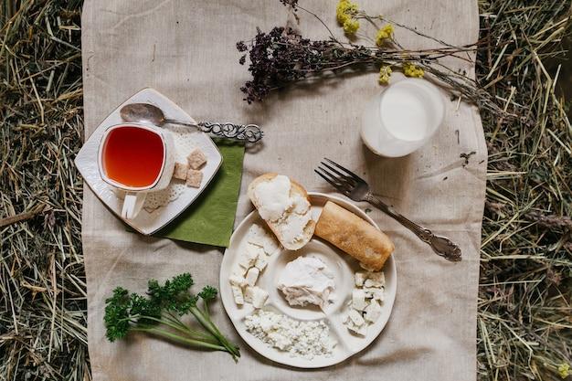 Landfrühstück. tee farm produkte, käse, butter, milch und brötchen