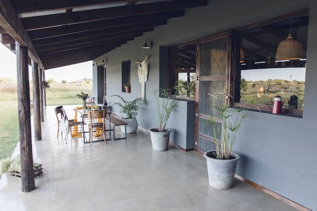 Landhaus mit holztisch und stühlen