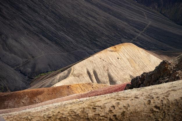 Landmannalaugar bunter hügel auf schwarzer asche
