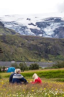 Landmannalaugar, island »; august 2017: einheimische familie weist auf etwas auf dem landmannalaugar-trekking hin