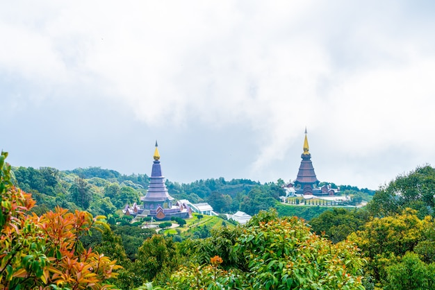 Landmarkpagode im dohan-inthanon-nationalpark mit bewölktem himmel bei chiang mai, thailand.