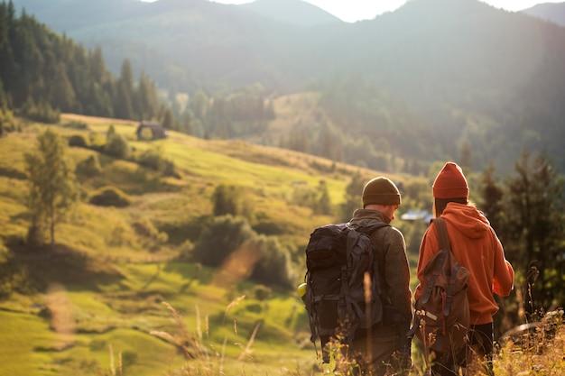 Landreisende erkunden gemeinsam die umgebung
