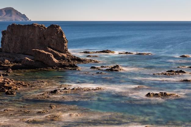Landschaft an der küste von escullos. naturpark von cabo de gata. spanien.