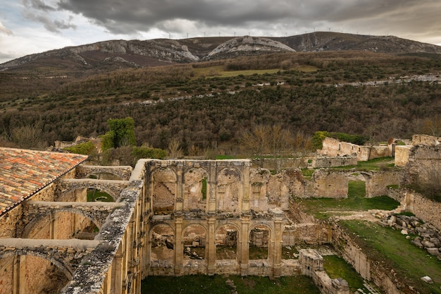 Landschaft aus den ruinen des alten klosters. santa maria de rioseco. burgos. spanien.