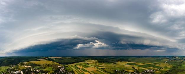 Landschaft aus dunklen wolken, die sich bei gewitter über ländlichem gebiet am stürmischen himmel bilden.