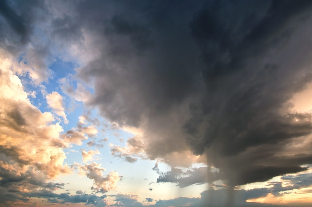 Landschaft aus dunklen wolken, die sich während des gewitters am stürmischen himmel bilden.