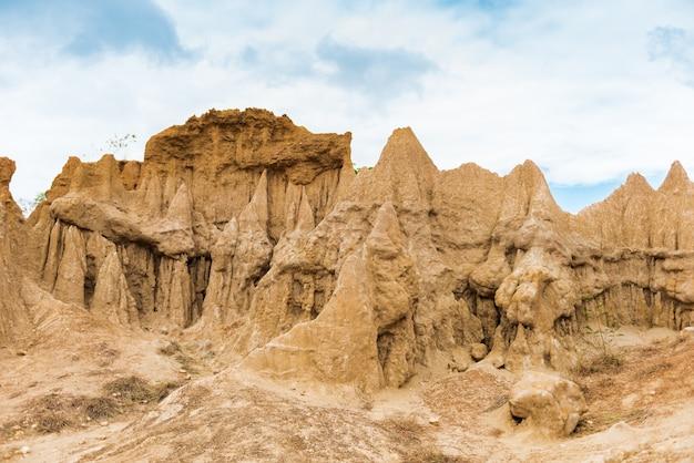 Landschaft aus erodierten sandsteinsäulen, -säulen und -klippen mit bodentexturen,
