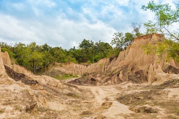 Landschaft aus erodierten sandsteinsäulen, -säulen und -klippen,