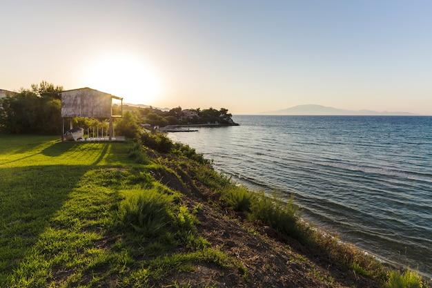 Landschaft bei sonnenuntergang an den ufern des ionischen meeres bei sonnenuntergang, zakynthos, griechenland