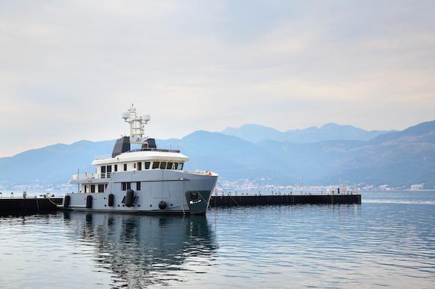 Landschaft. bucht von kotor und schiff in der nähe von pier, montenegro