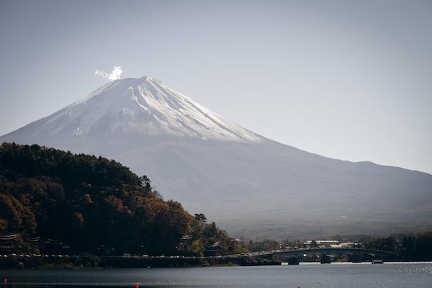Landschaft der ansicht der fujisan und der helle rote ahornblattrahmen kawaguchiko