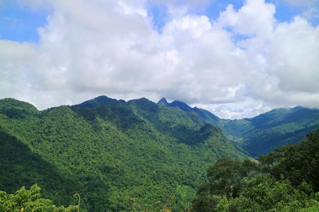 Landschaft der berge mit wolken und blauem himmel in der landschaft von thailand.