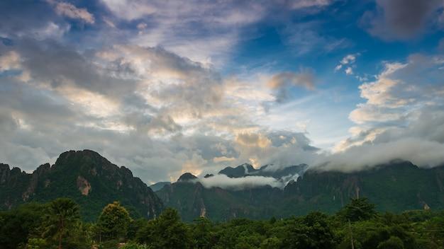 Landschaft der berge und der wolken grüner baum in der regenzeit