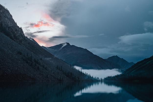 Landschaft der berge und des sees