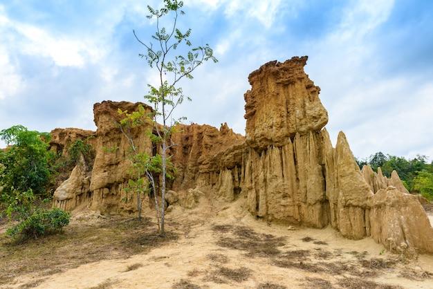 Landschaft der bodenbeschaffenheiten abgefressene sandsteinsäulen, -spalten und -klippen