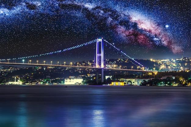 Landschaft der bosporus-brücke bei nacht