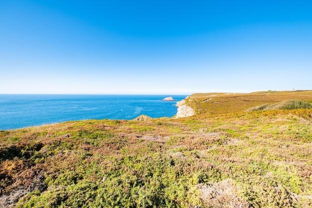 Landschaft der bretonischen küste in der region cape frehel mit ihren stränden, felsen und klippen im sommer