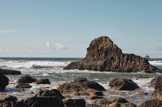 Landschaft der felsen an der küste des pazifischen nordwestens in cannon beach, oregon