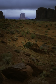 Landschaft der felsformationen während eines atemberaubenden sonnenuntergangs am canyon