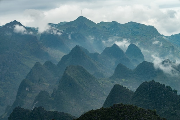 Landschaft der felsigen berge bedeckt mit grün und nebel vietnam