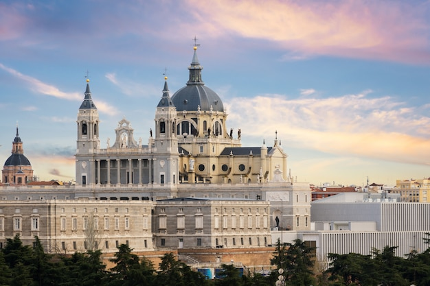 Landschaft der kathedrale santa maria la real de la almudena und des königlichen palastes.
