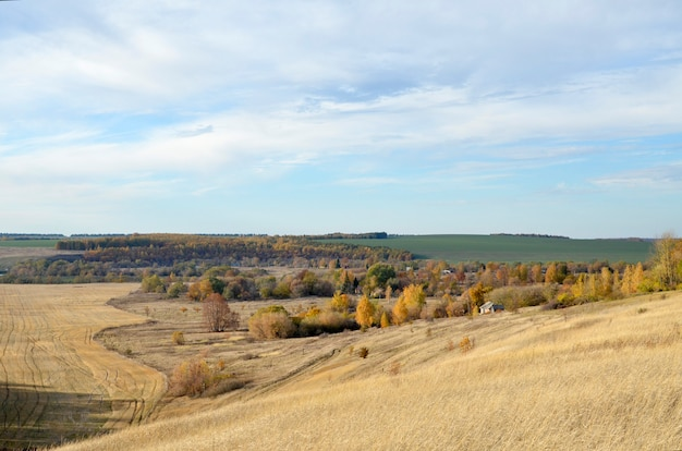 Landschaft der russischen hochebene des herbstes mit einem fluss