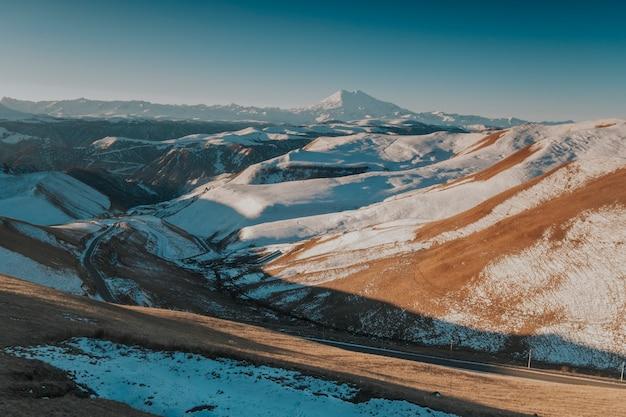 Landschaft der schneebedeckten berge des kaukasus.
