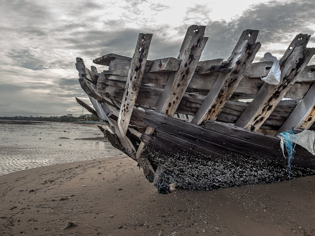 Landschaft der strände mit meer und boot stürzt ab